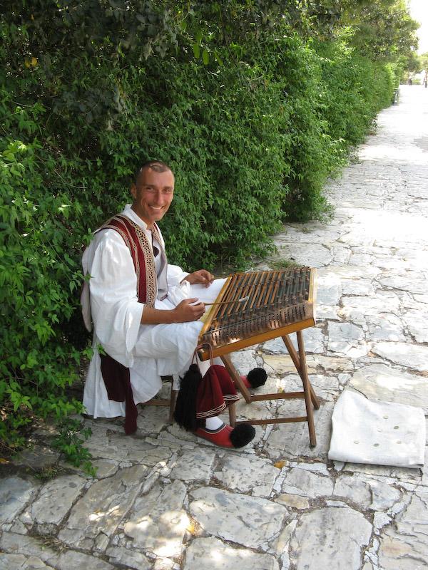 Um músico de rua na descida da Acrópole
