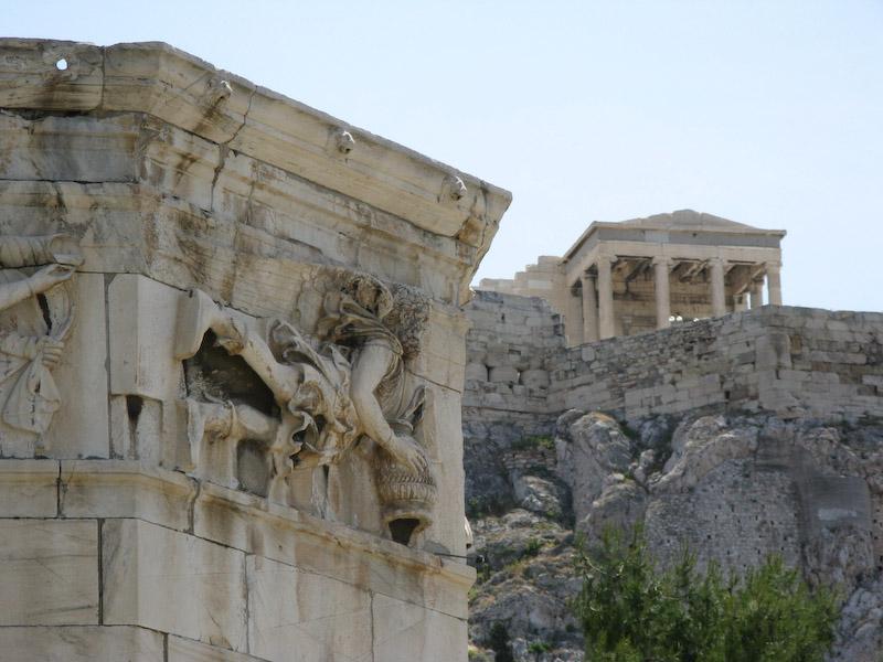 Detalhe da torre dos ventos com pedaço da Acrópole no fundo